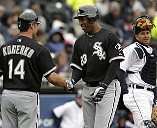 Jermaine Dye (center) beats Paul Konerko to the 300-homer club by one at-bat in the Sox victory.  (AP)