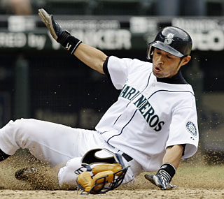 Ichiro Suzuki goes 3-for-4 and accounts for the winning run in the eighth inning for the 'Marineros.'  (AP)