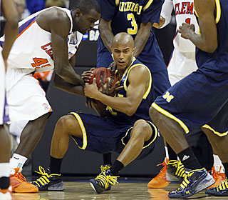 Michigan's C.J. Lee battles with Jerai Grant for control during the second half.