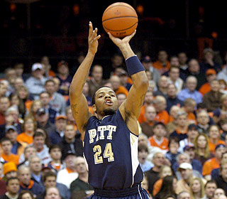 Jermaine Dixon chips in 21 points for Pitt, which wins at Syracuse for the fourth straight time. (AP)
