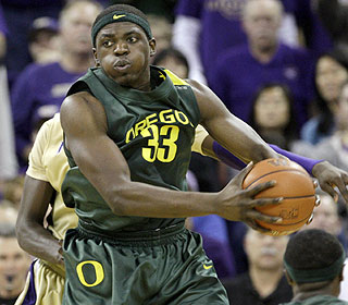 Center Michael Dunigan (20 points) is like a duck in water, hitting 7 of 10 shots with 14 boards. (AP)
