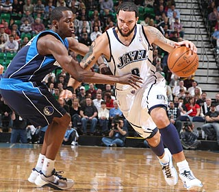 Deron Williams' 18 points and 15 assists lead the Jazz to a season-best, six-game win streak.  (Getty Images)