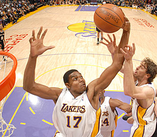 Andrew Bynum continues his solid play, getting 15 points, 11 rebounds and four blocks.  (Getty Images)