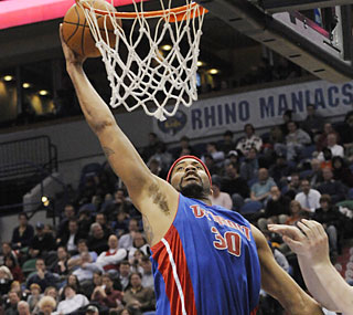 Rasheed Wallace throws down 25 points to help Detroit snap a two-game losing skid.  (AP)