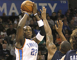 Jeff Green (career-high five 3s) helps the Thunder avoid a blown opportunity against Memphis.  (AP)