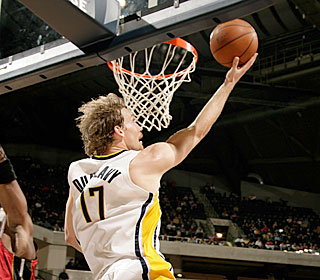 Mike Dunleavy scores from a nearly impossible angle during his 30-point game.  (Getty Images)