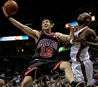 Kirk Hinrich scores 31 points on 8-for-14 shooting from the field and a 10-for-10 effort from the foul line. (AP)