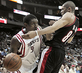 Ron Artest scores 21 points to help Houston claim its season-best eighth straight home win.  (AP)