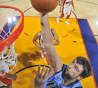Mehmet Okur posts a team-high 23 points, helping the Jazz continue their winning tune.  (Getty Images)