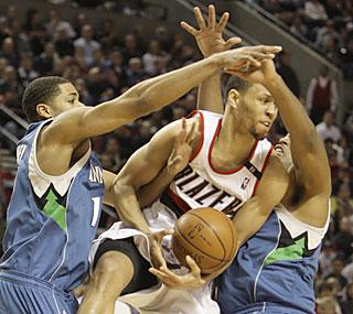 Minnesota can't stop Brandon Roy's Blazers from increasing the NBA's longest active win streak.  (AP)