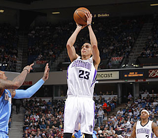 Kevin Martin gets 26 points, seven boards and eight assists in the Kings' 10th home win.  (Getty Images)