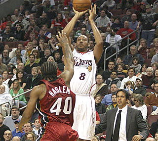 After not scoring a point since Feb. 17, Donyell Marshall scores 10 -- all in the fourth.  (AP)