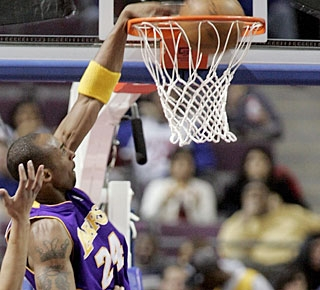 Kobe Bryant makes sure the Lakers snap a nine-game losing streak at The Palace dating back to 2002. (AP)