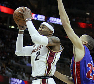 Mo Williams chips in with 21 points to help the Cavs build up a 29-point lead into the fourth quarter.  (AP)