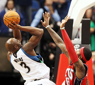 Damien Wilkins' putback at the buzzer completes the T-Wolves' 19-point comeback.  (Getty Images)