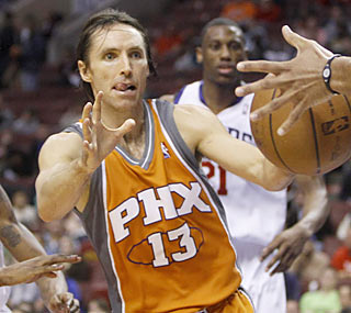 Steve Nash scores 21 points and ties a season-high with 20 assists to help the Suns win three straight.  (AP)