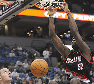 Greg Oden showcases his dominance and finishes with 18 points and 11 rebounds in just three quarters.  (AP)