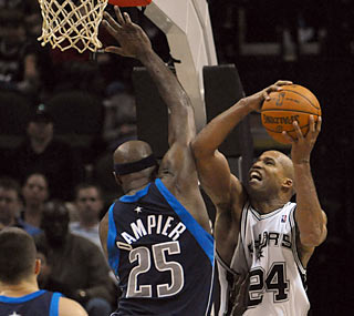 Richard Jefferson steps up for the ailing Spurs by providing 29 points against the Mavs.  (US Presswire)