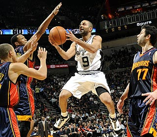 Tony Parker scores 32 as the Spurs beat the Warriors at home for the 23rd straight time. (Getty Images)