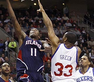 Jamal Crawford does everything in his power to end Atlanta's skid, scoring 11 of his 24 in the 4th. (AP)