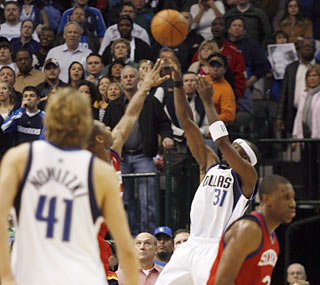 Jason Terry treats fans to a terrific finish by drilling the game-winning shot with 1.4 seconds left. (AP)