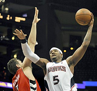 High-flying Josh Smith and the Hawks have their way with Andrea Bargnani and Toronto's defense. (AP)