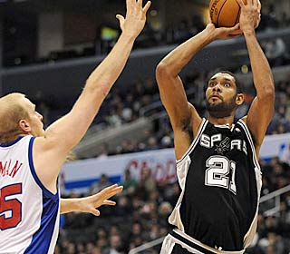 Tim Duncan scores 21 points before leaving in the third because of an elbow to the head.  (Getty Images)