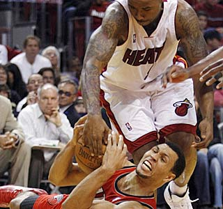 Brandon Roy doesn't mind getting dirty, battling for a loose ball with Quentin Richardson.  (AP)