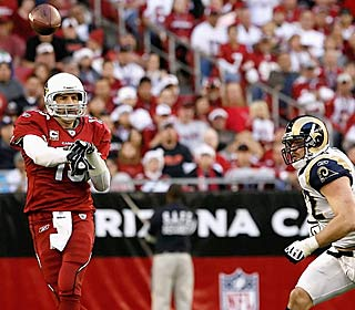 Kurt Warner throws his 100th career TD with the Cards, the second team he's down that for.  (Getty Images)