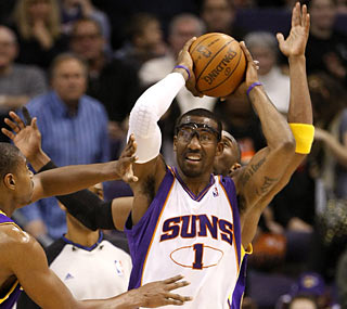 Amar'e Stoudemire (26 points) and the Suns have an easy time keeping the Lakers out of the game.  (AP)
