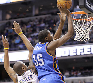 Kevin Durant (35 points, 11 rebounds) surpasses the 30-point mark for the fifth consecutive game. (AP)