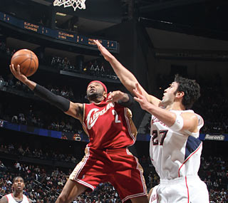 Mo Williams, who leads the Cavs in scoring with 20 points, helps frustrate the host Hawks. (Getty Images)