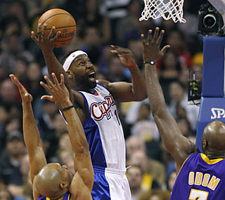 Baron Davis (25 points, 10 assists) helps the Clippers finally end their frustrations against the Lakers.  (AP)