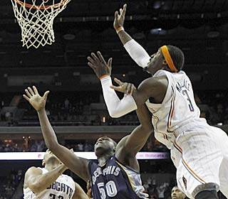 Gerald Wallace, who scores 18 points, tips in the winning shot over Zach Randolph as time expires. (AP)