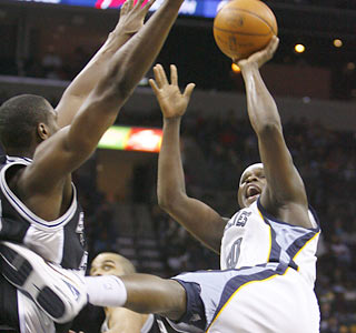 Zach Randolph puts up 23 points and 15 rebounds to help the Grizzlies win four of their past five.  (AP)