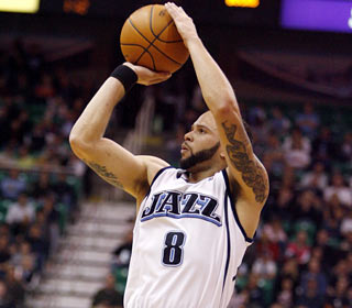 Deron Williams shakes off a wrist injury to score 18 points in the Jazz's fourth straight win.  (AP)