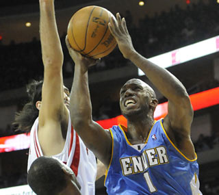 Chauncey Billups (21 points) and the Nuggets rally in the final quarter to extend their winning streak.  (AP)