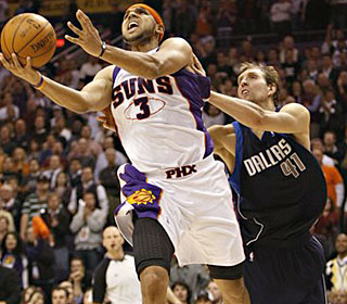 Jared Dudley helps off the bench, putting up eight points, six rebounds and five assists.  (AP)