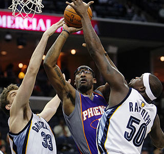 Amar'e Stoudemire adds 21 points and 10 boards as the Suns win their sixth of the past seven games.  (AP)