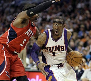 Amar'e Stoudemire scores 22 against the Hawks for his ninth straight game over 20 points.  (AP)