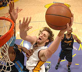 Pau Gasol steps up and delivers 15 points and 14 boards as Kobe struggles. (Getty Images)