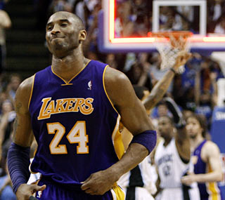 Kobe Bryant scores 34 points but misses a last-second jumper that would have tied the game.  (AP)