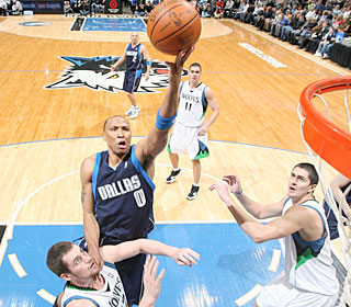 Shawn Marion nets a season-high 29 points to help the Mavs continue their winning ways.  (Getty Images)