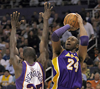 Jason Richardson and the Suns have a hard time stifling Kobe Bryant despite his seven turnovers.  (AP)