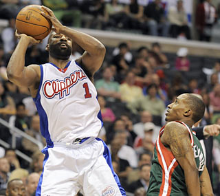 Baron Davis' Clippers elevate their game to end both their losing skid and the Bucks' winning streak.  (AP)