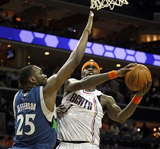 Stephen Jackson doesn't let Al Jefferson or a sore hand stop him from having a superb evening.  (AP)