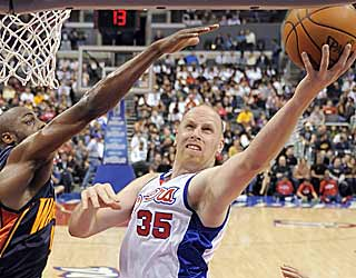 Chris Kaman leads the way for the Clippers by scoring 27 points and grabbing 10 boards. (AP)