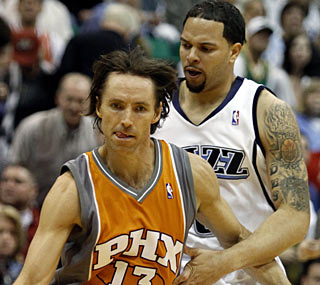 Steve Nash does his thing, dishing out 11 assists in limited time to help the Suns clinch the No. 3 seed.  (AP)