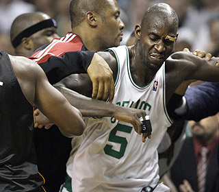 Things get out of hand after Kevin Garnett elbows Quentin Richardson with 40 seconds left. (AP)