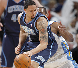 Deron Williams puts the Jazz on his shoulders with an impressive 33-point, 14-assist performance. (AP)
